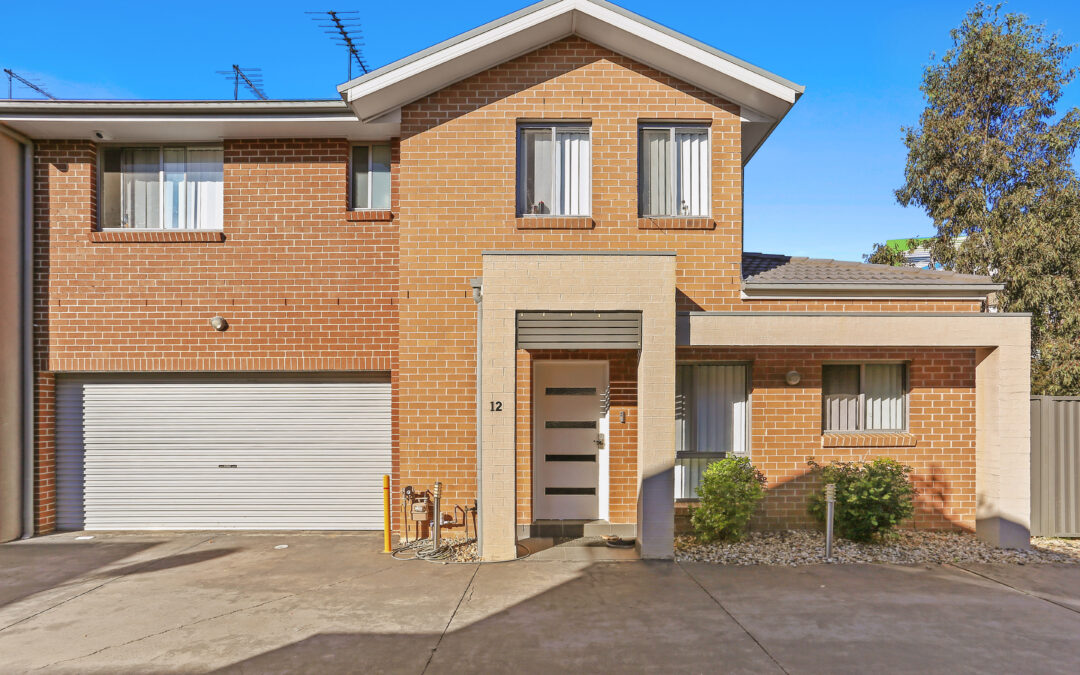 Well located & proportioned, low maintenance townhouse living!